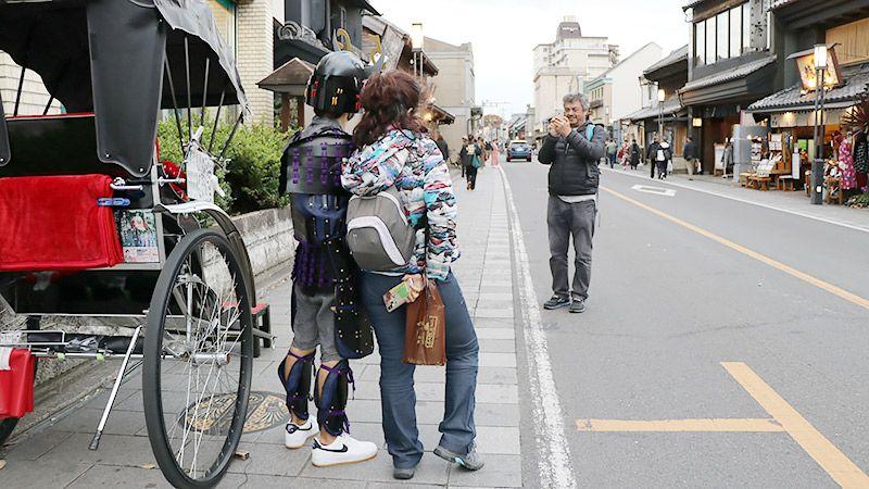 外国人観光客に写真をお願いされる地主
