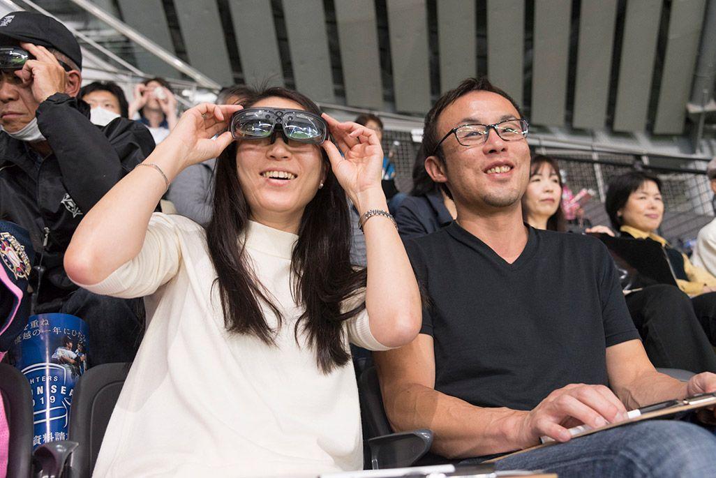 ARスマートグラスを装着し、試合を観戦するみなさん