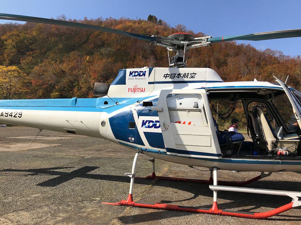 基地局ユニットを載せて空から電波を発信するヘリコプター