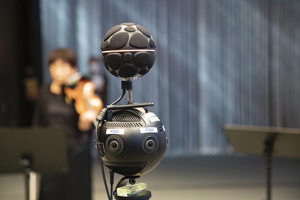国立劇場小劇場の舞台上に設置された「音のVR」収録機器
