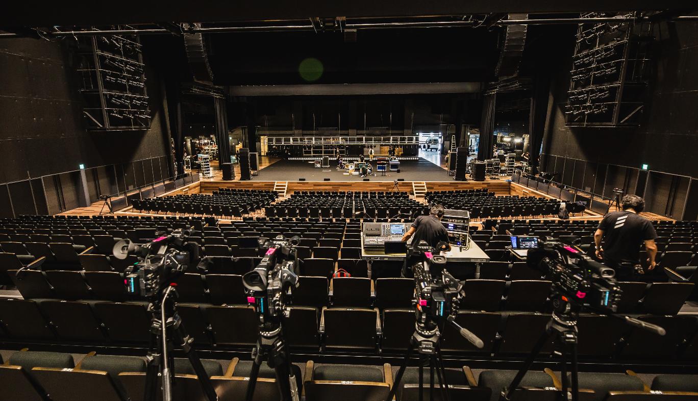山口県「KDDI維新ホール」におけるORANGE RANGE 20周年ライブのカメラ