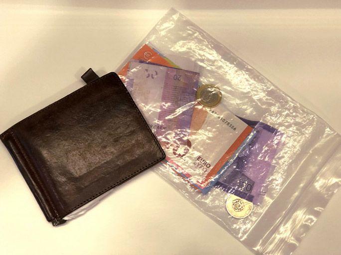 紙幣が多い国ではクリップ式+盗る気もなくさせるジップロック財布を使用
