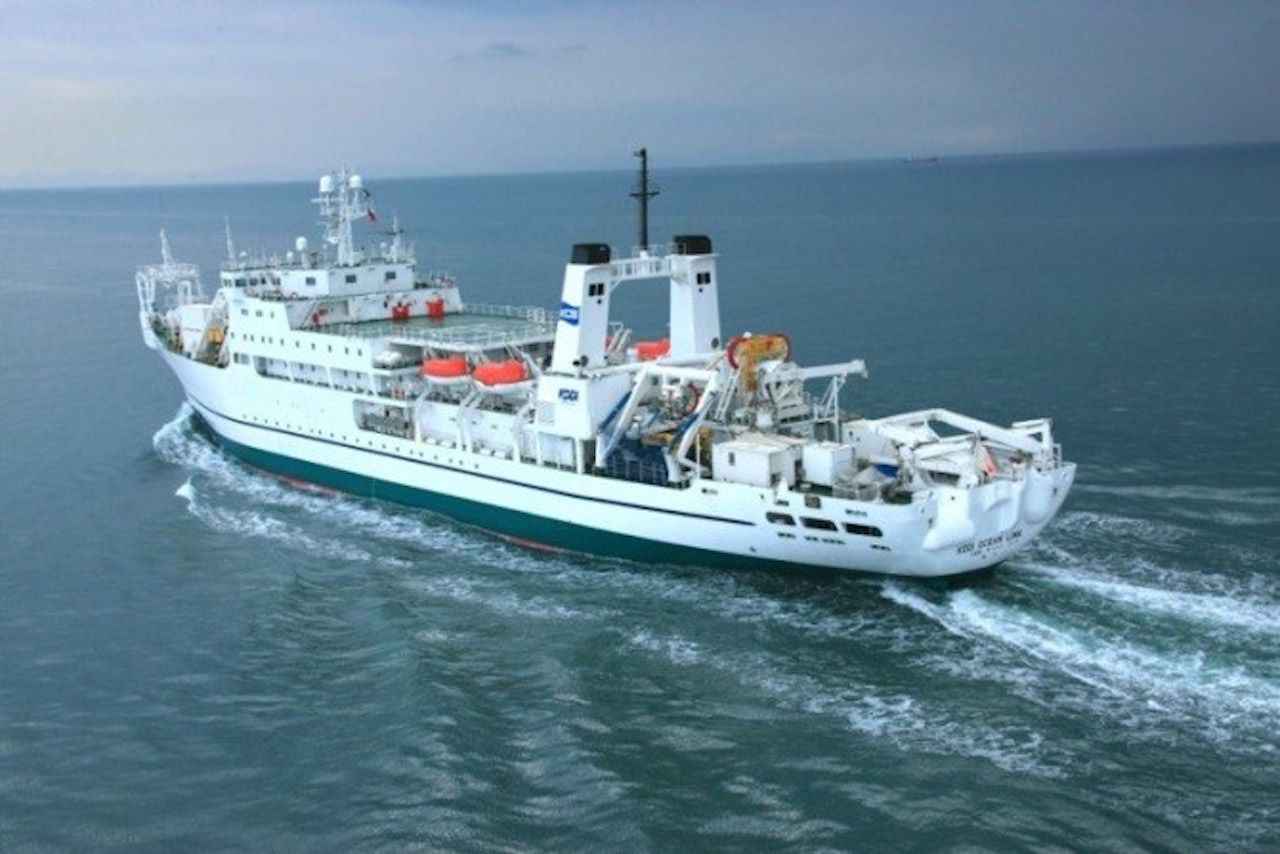 洋上を航行するKDDIオーシャンリンク