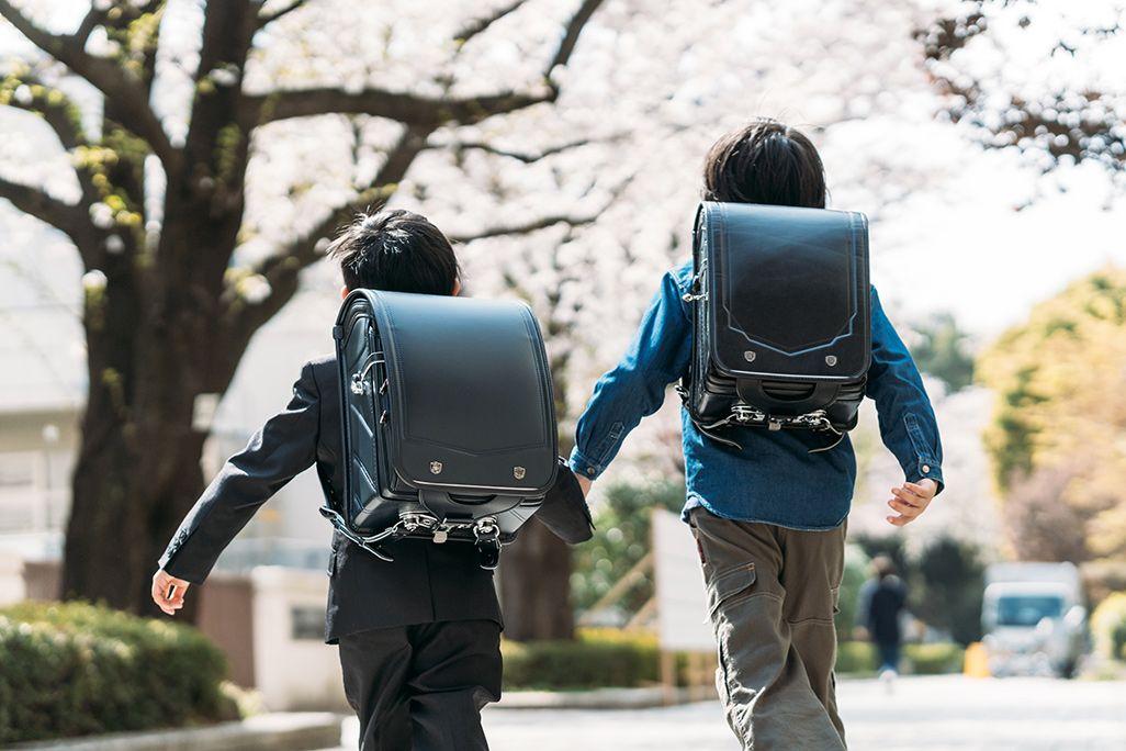 手をつないで学校へ向かう小学生の兄弟