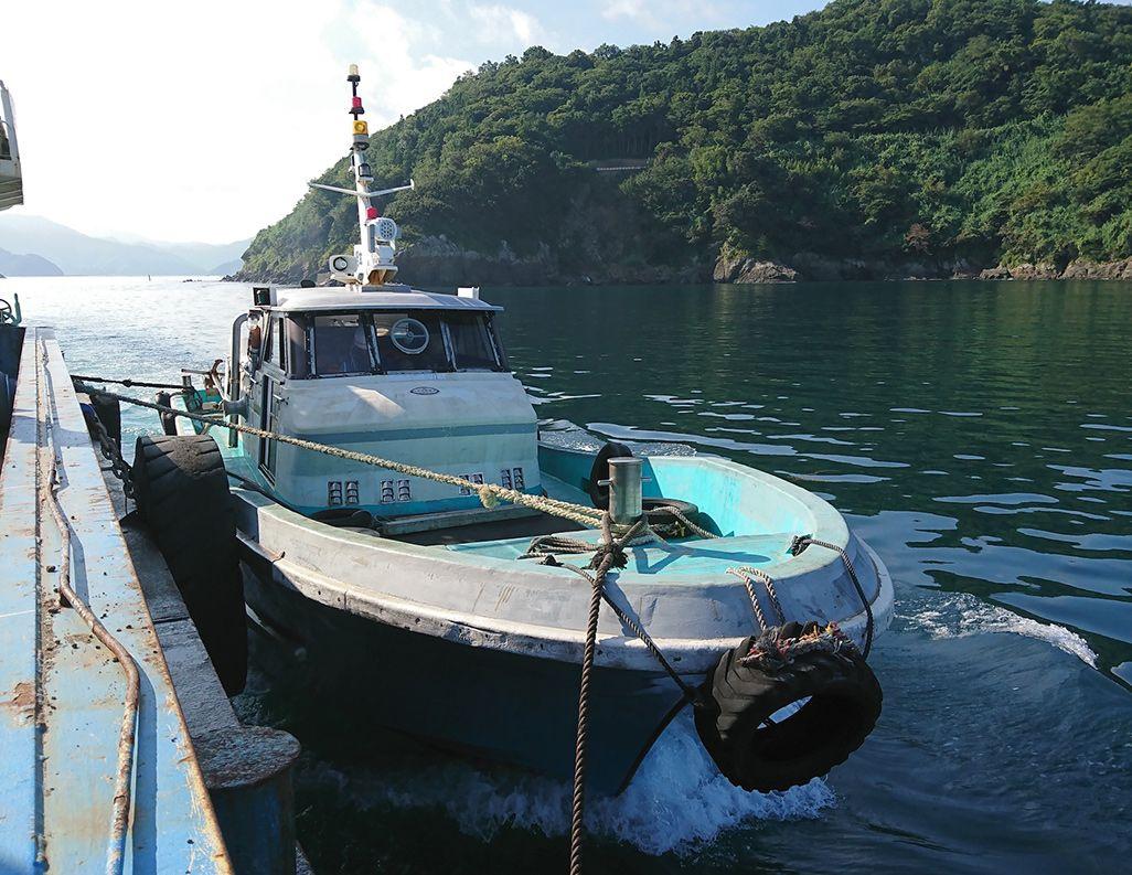 台船を牽引するタグボート