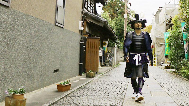 兜スマホケースと甲冑を装備して街を練り歩く地主