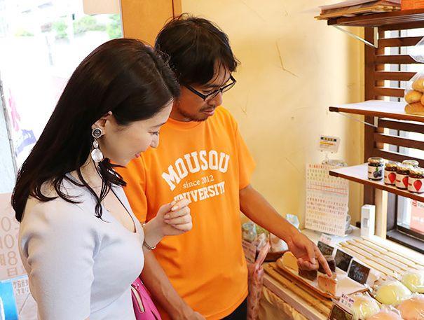 北松戸にあるボナペティートでパンを選ぶ地主恵亮と鶴あいか