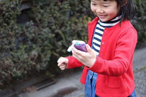 「mamorino5」のハンズフリー機能で通話している女の子