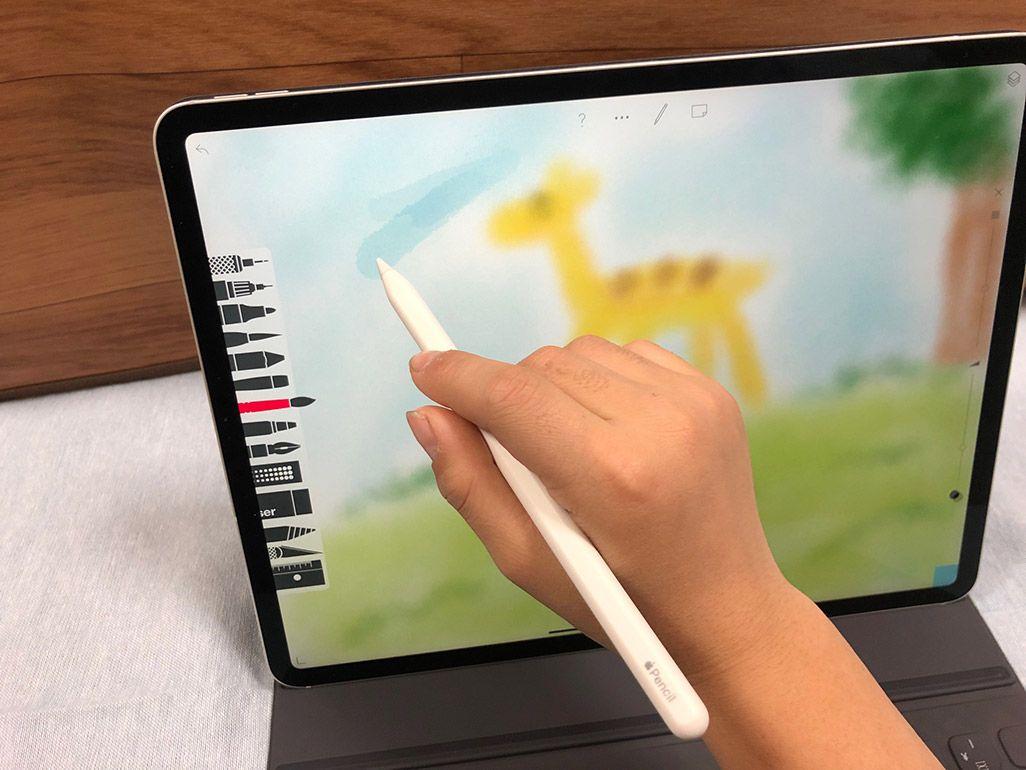 iPad ProでApple Pencilを使ってキリンの絵を描いているところ