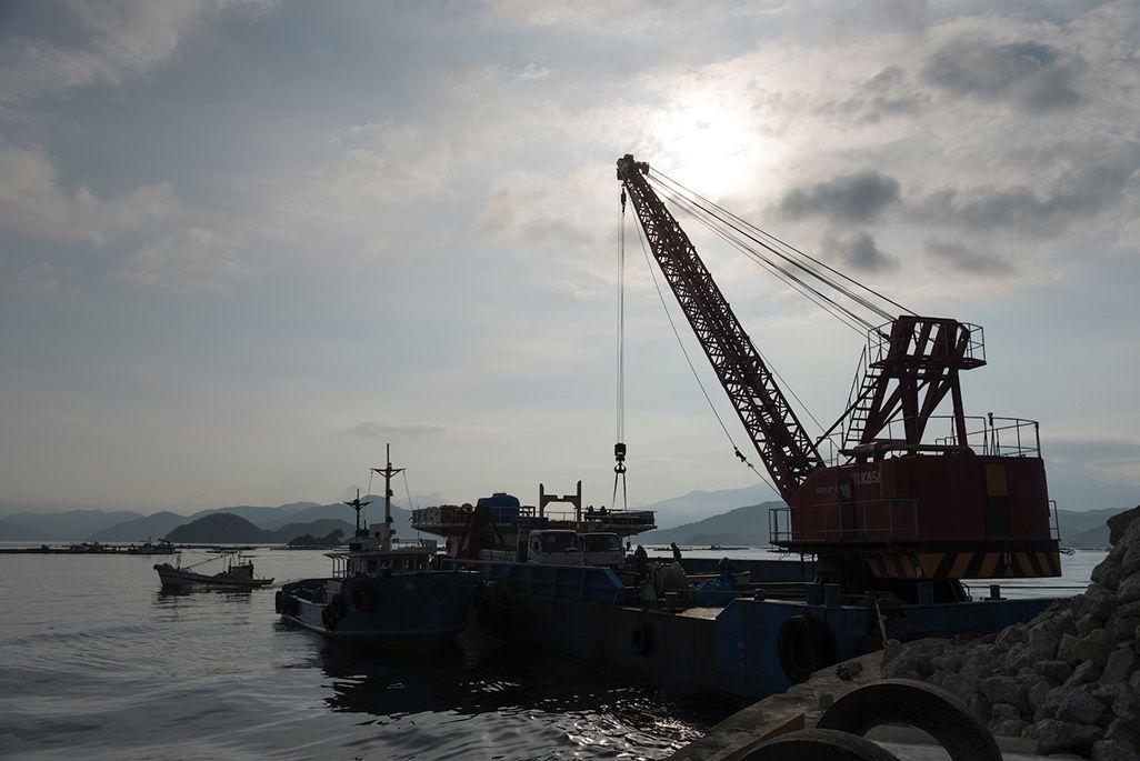 携帯電話基地局工事のための資材や重機を運ぶ台船