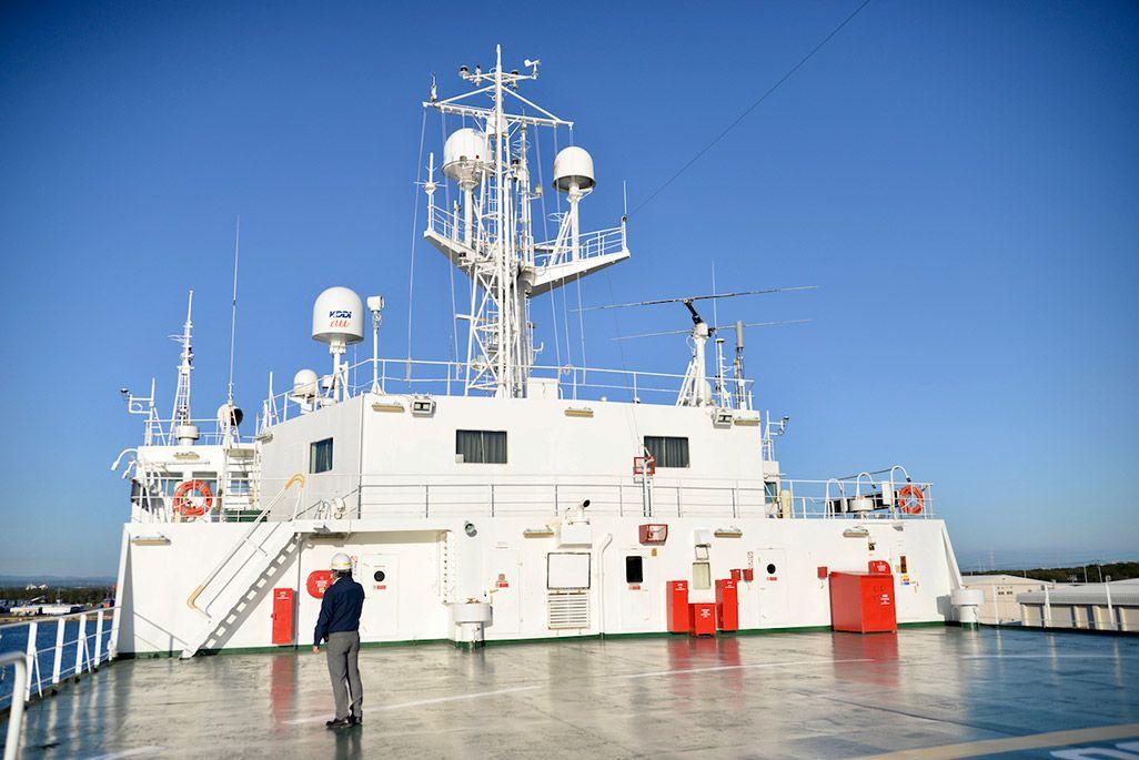 KDDIオーシャンリンクに設置された携帯電話基地局用の衛星アンテナ