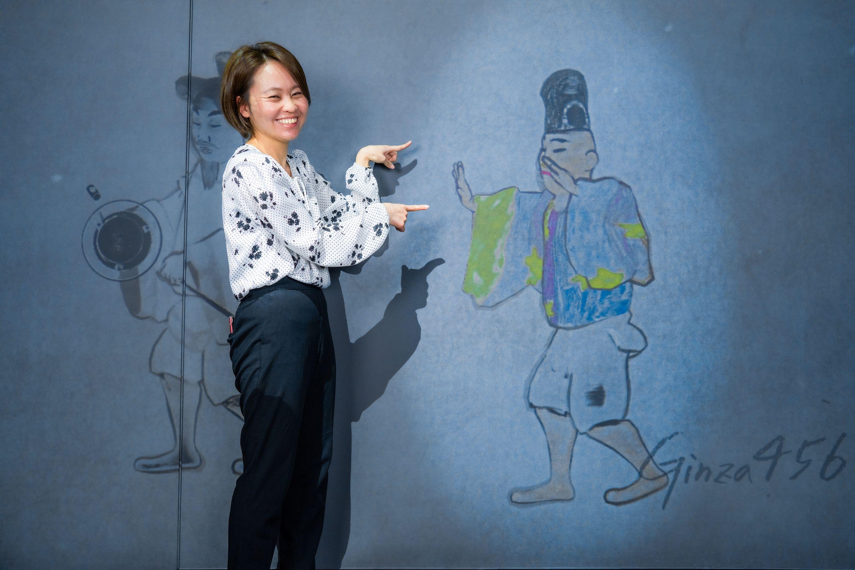 KDDIのコンセプトショップ GINZA 456 とチームラボとのコラボによる体験型イベント Walk, Walk, Walk Home で自分のぬり絵を見つけて喜ぶ女性