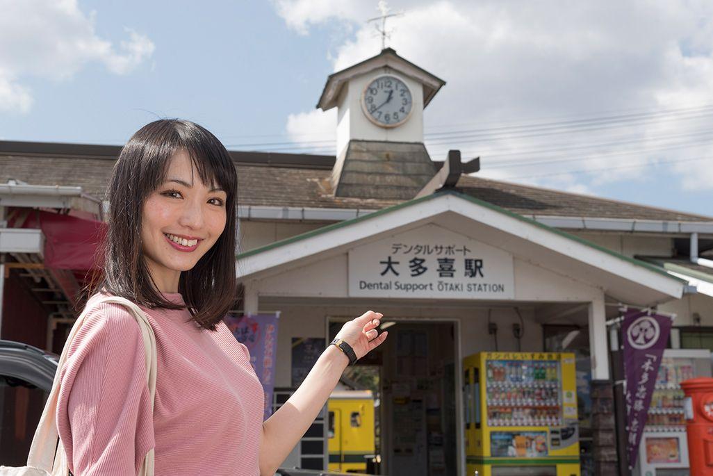 いすみ鉄道「大多喜駅」の前に立つ伊藤桃
