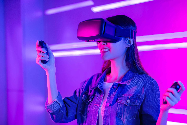 VRをゴーグルをつけた女性
