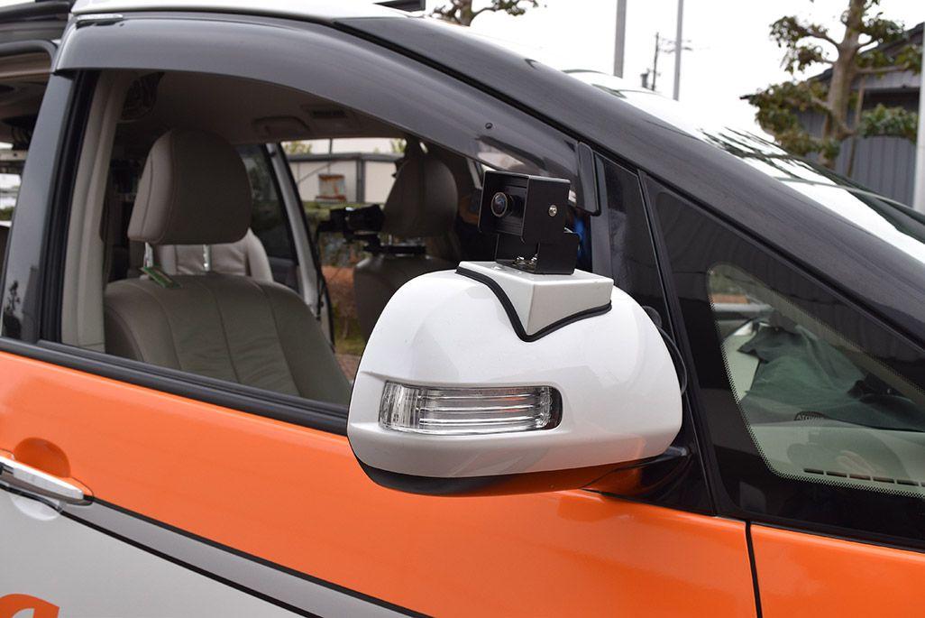 両方のサイドミラーとバックミラー、スピードメーター視認用にもフルHDカメラを設置した