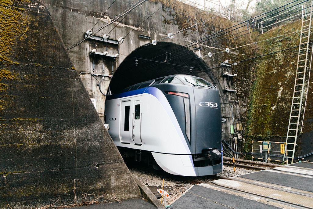 JR 中央本線猿橋トンネルと走行中の特急「あずさ」