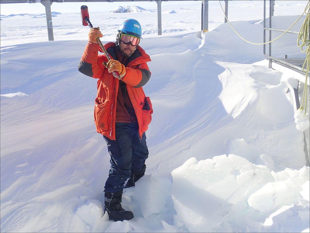 南極昭和基地の屋外で作業をする第59次南極地域観測隊の齋藤勝