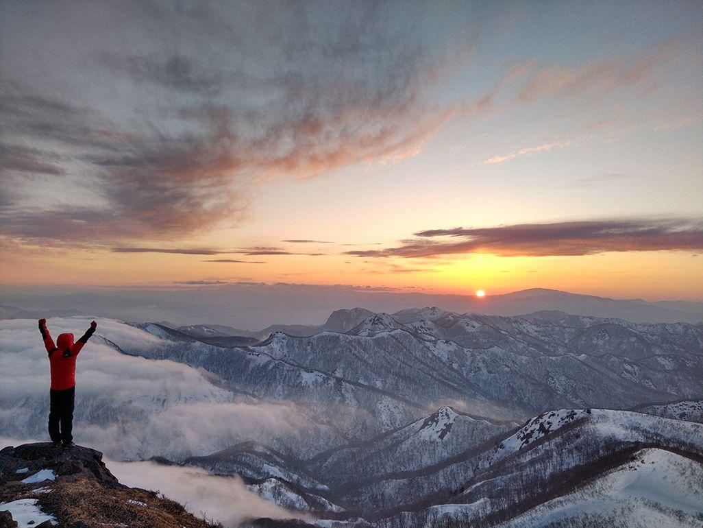 船形山山頂で両手を挙げる田中陽希さん