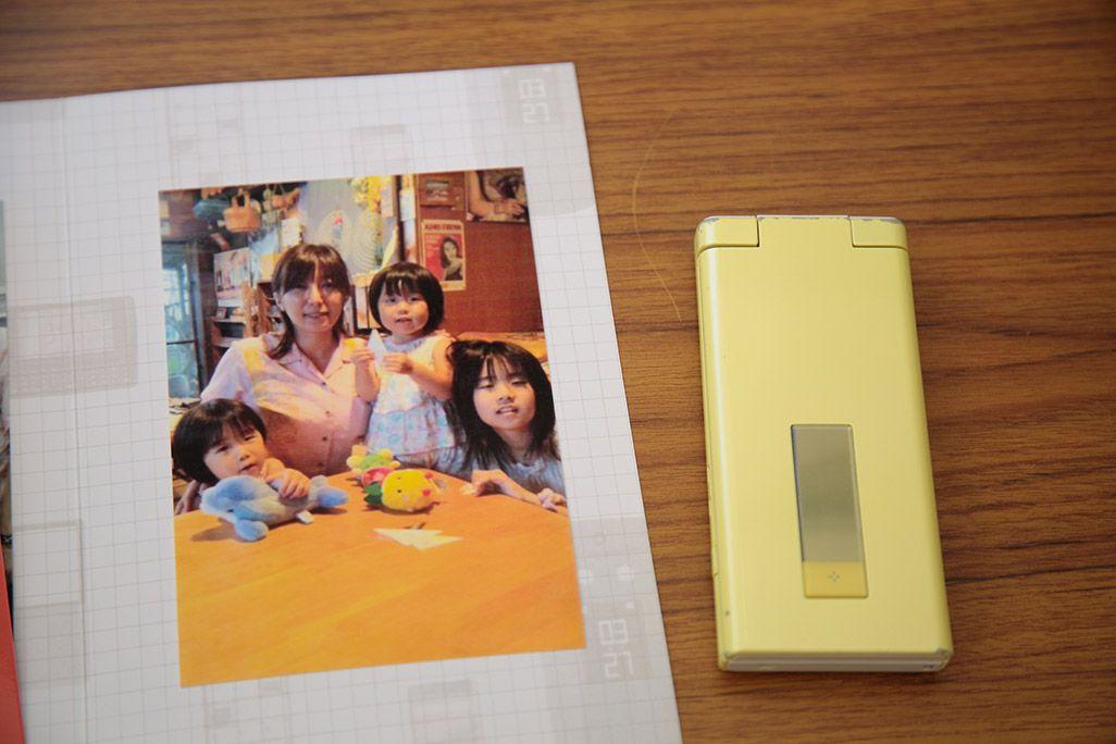 プリントアウトされた女性と姪っ子たちの写真