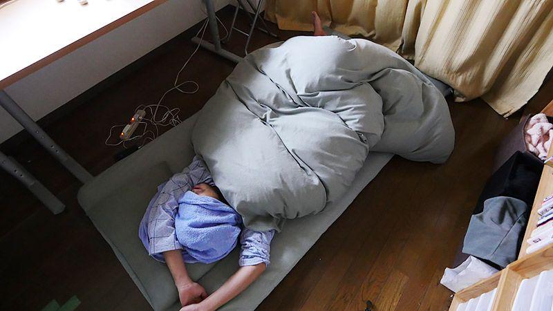 自室の布団に裸であおむけに寝る地主その2
