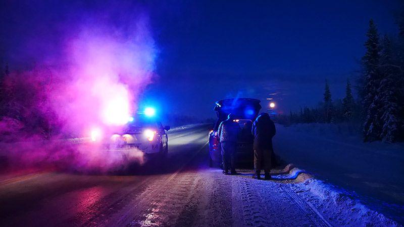 アラスカの道路で停止する2台のクルマ
