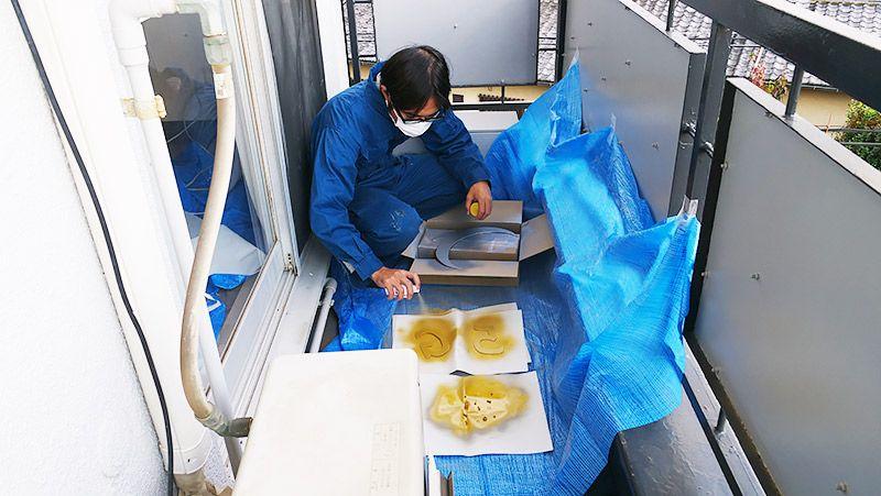 スプレーで樹脂板を塗装する地主