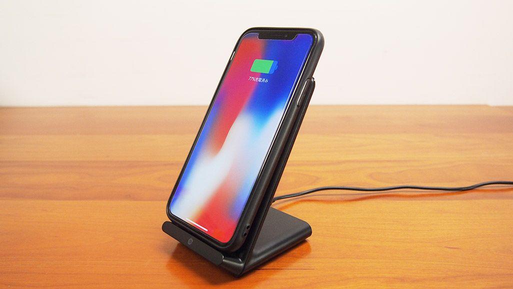 Qi(チー)方式のワイヤレス充電器で充電中のiPhone X