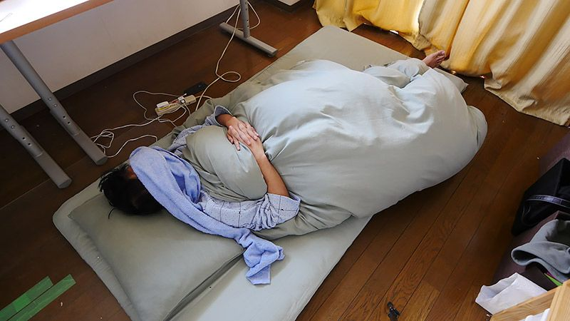 自室の布団に裸であおむけに寝る地主その3