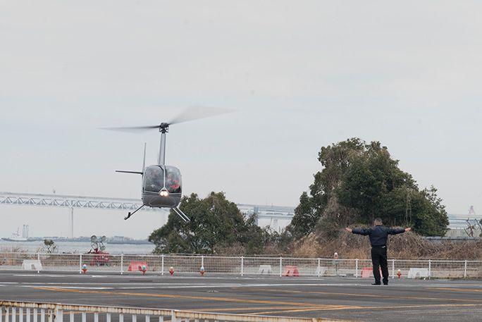 KDDIの災害対策公開訓練にて、ヘリコプターで機材を輸送して通信エリア復旧を行う