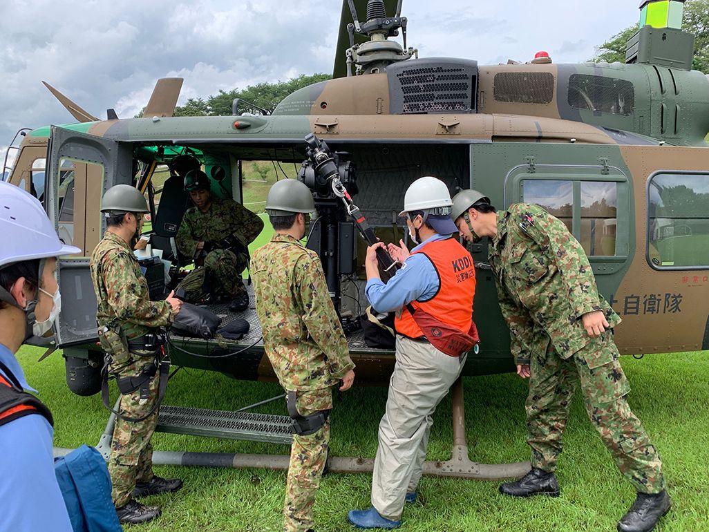 自衛隊員から降下訓練を受けるKDDIスタッフ