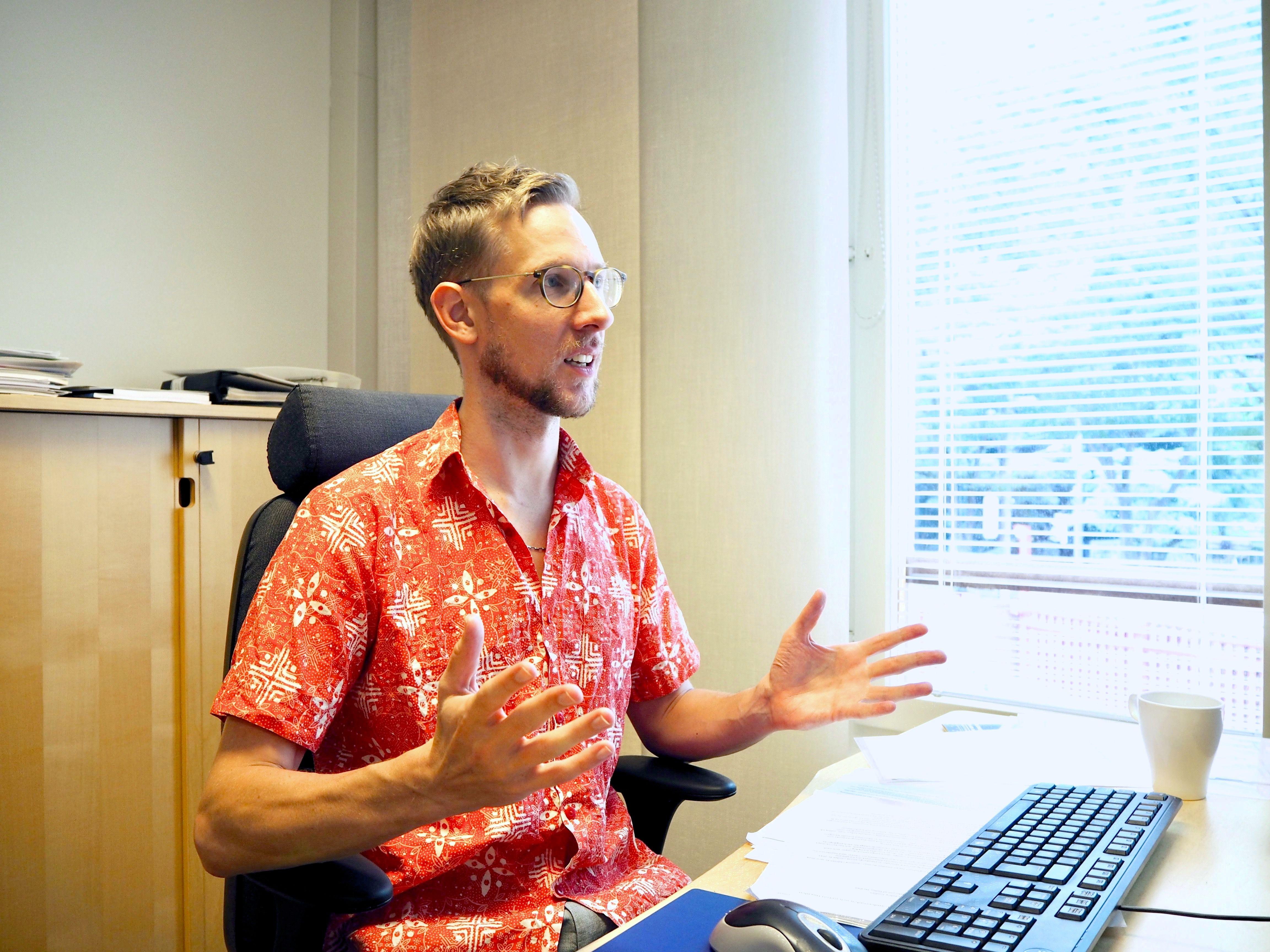 スウェーデン大使館の一等書記官