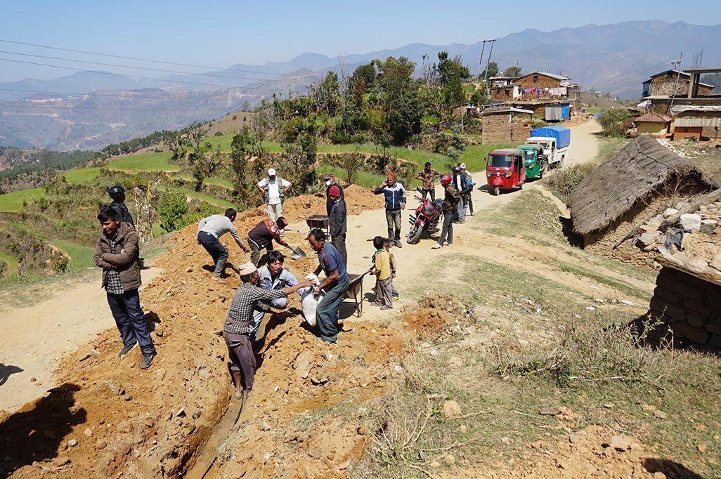 ネパール・ダル地区における光ファイバーケーブルの敷設工事の様子