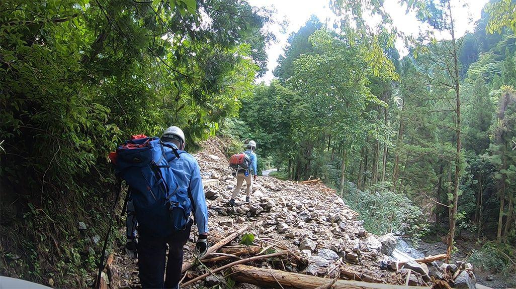 令和2年7月豪雨による瓦礫道を歩く