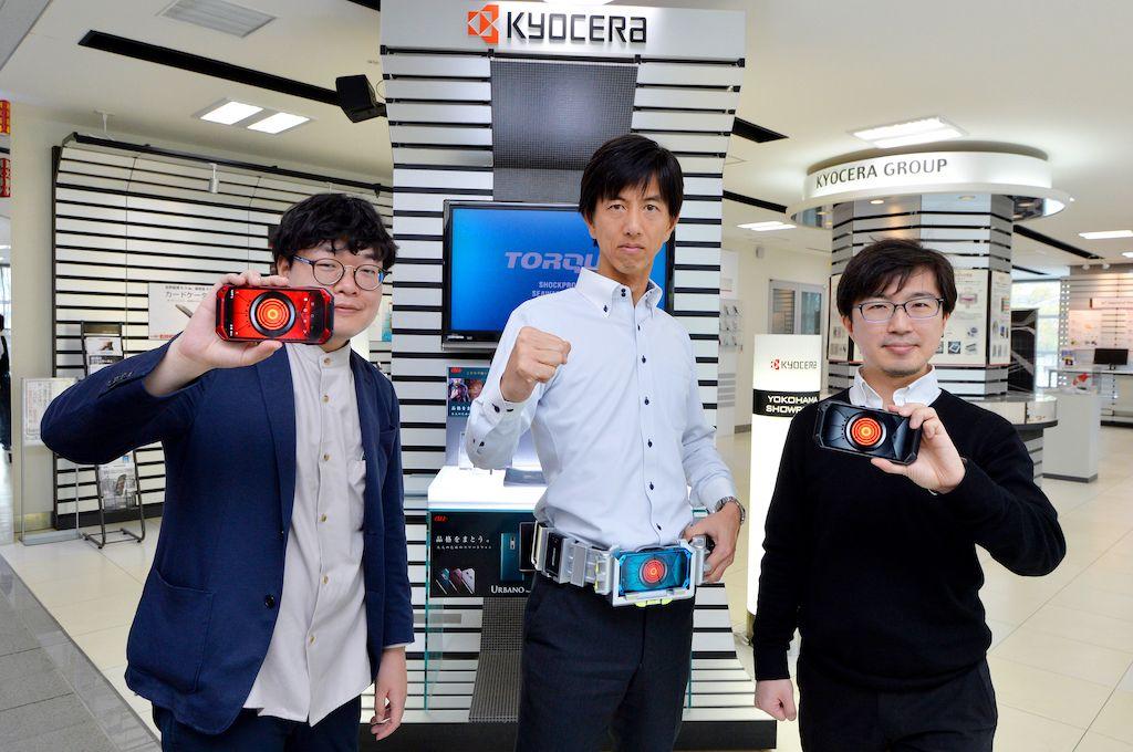 京セラTORQUE開発チームが「特撮ヒーロー風TORQUE G04ベルト」を装着