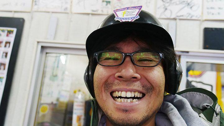 ヘルメットをかぶったまま笑顔になるライターの地主