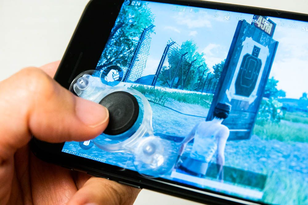 iPhoneにスライドパッド型コントローラを装着した様子