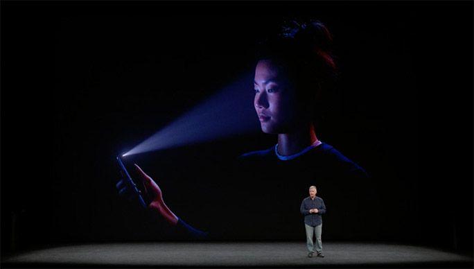 iPhone Xについて説明するアップル社CEOティム・クック
