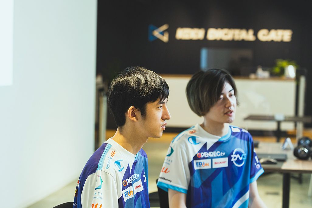鈴木悠里さんにインタビューするプロゲームプレイヤーの2人