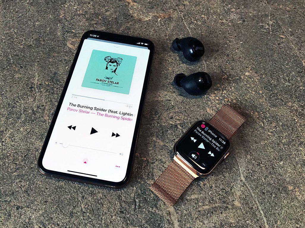 ミュージックアプリで音楽を再生中のiPhoneとApple Watch、Bluetoothイヤホン