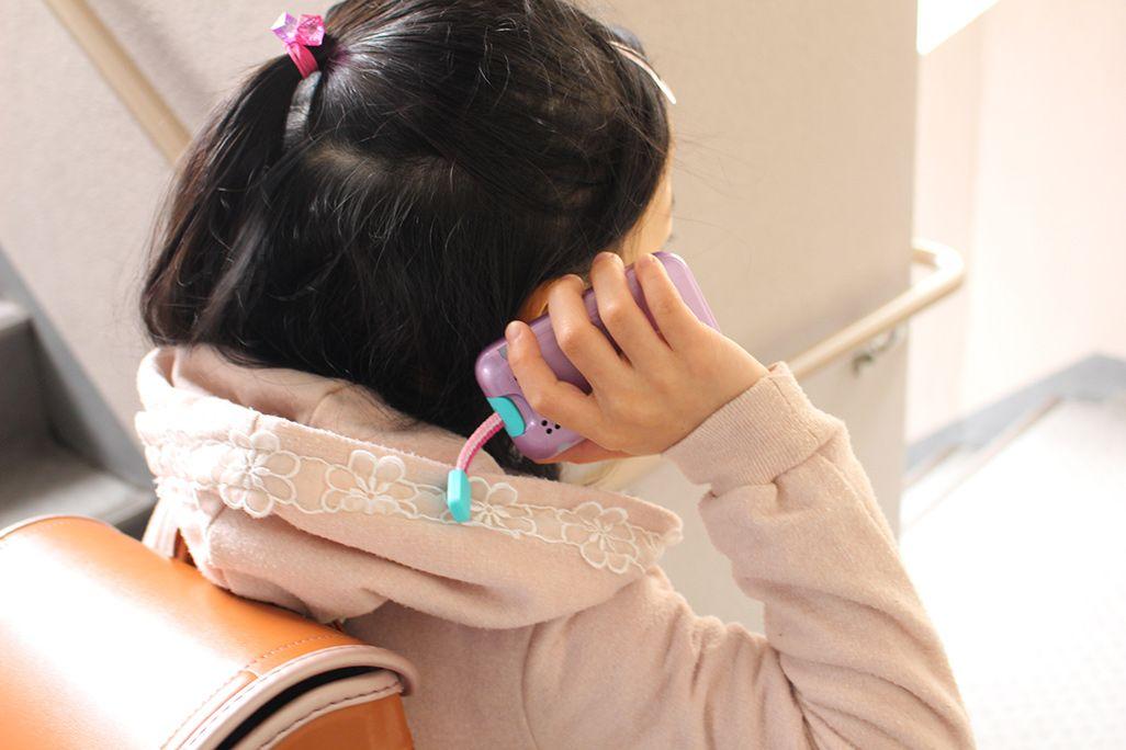 mamorino5で通話する小学生