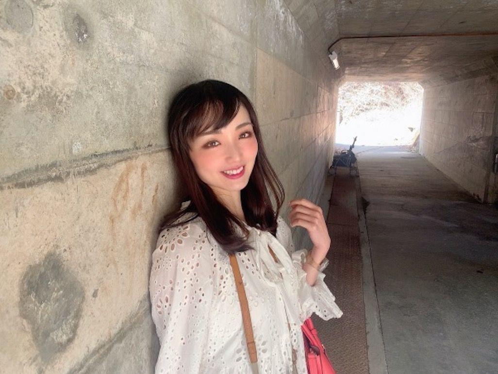 一の渡駅の入口でポーズをとる伊藤 桃