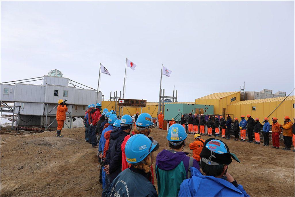 南極越冬隊の越冬交代式の様子