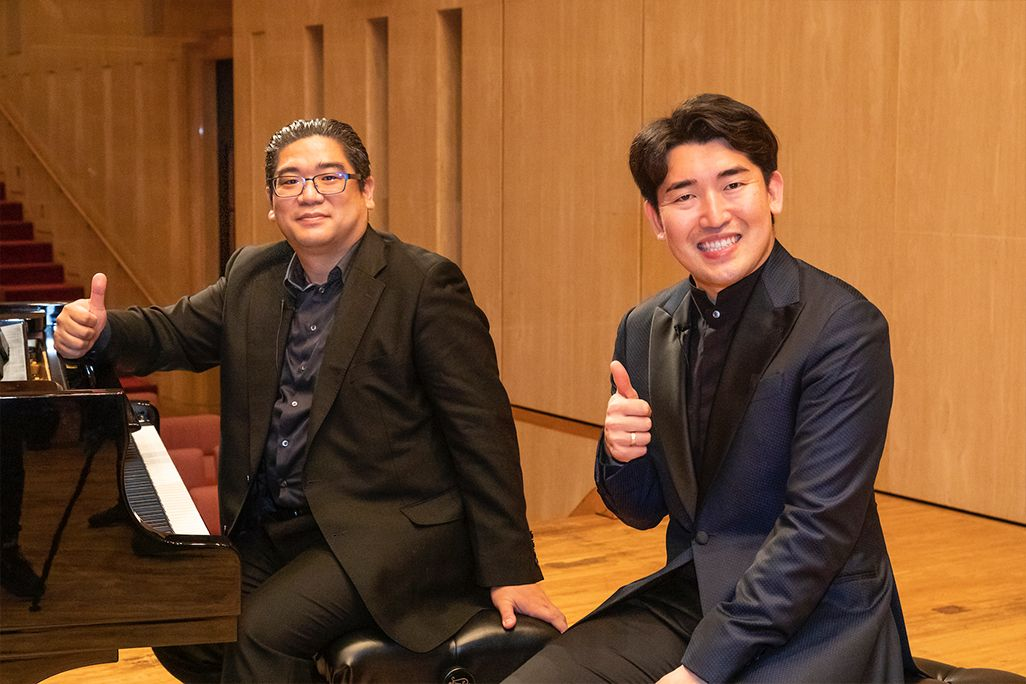 指揮者・原田慶太楼さん(右)とピアニスト鈴木慎崇さん