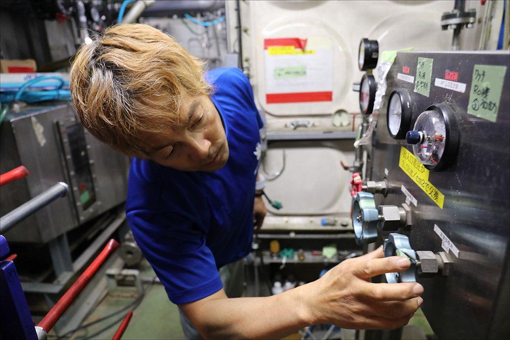 南極・昭和基地の発電棟の機械室にて温水フィルターの交換作業や造水装置の流量調整を行う第59次南極地域観測隊の鯉田淳さん