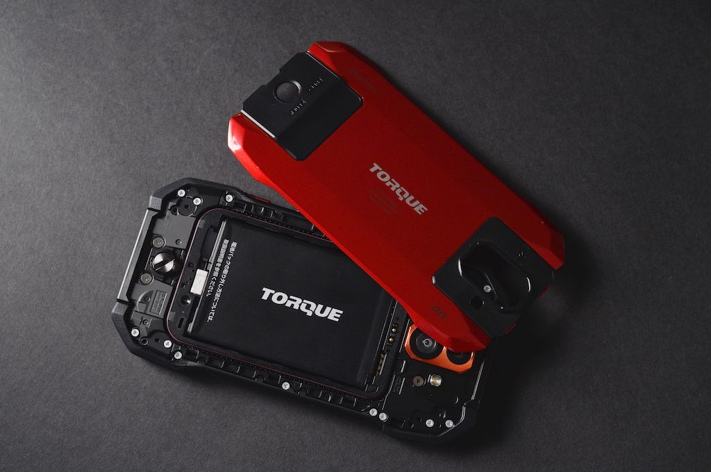 TORQUEシリーズはスマホながらバッテリー交換可能だ