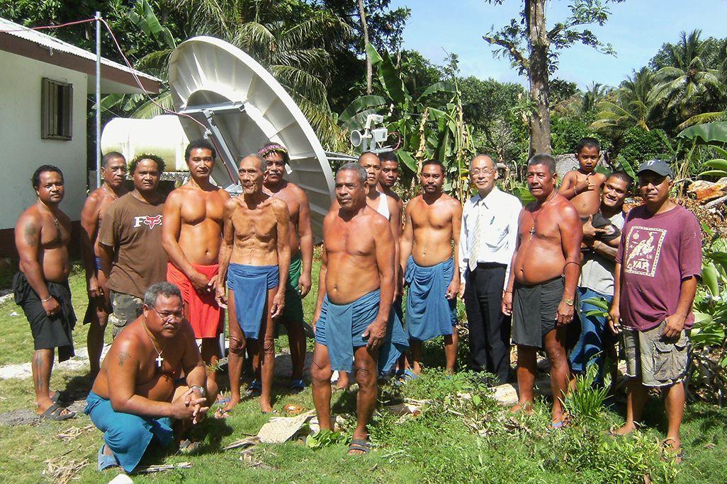 衛星アンテナを使った高速インターネット網を構築したミクロネシア現地の人々と内山洋祐