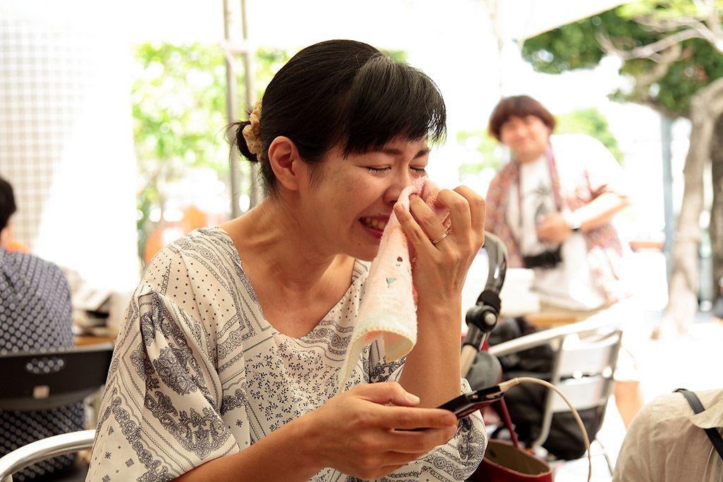 再起動したケータイに涙が止まらない女性