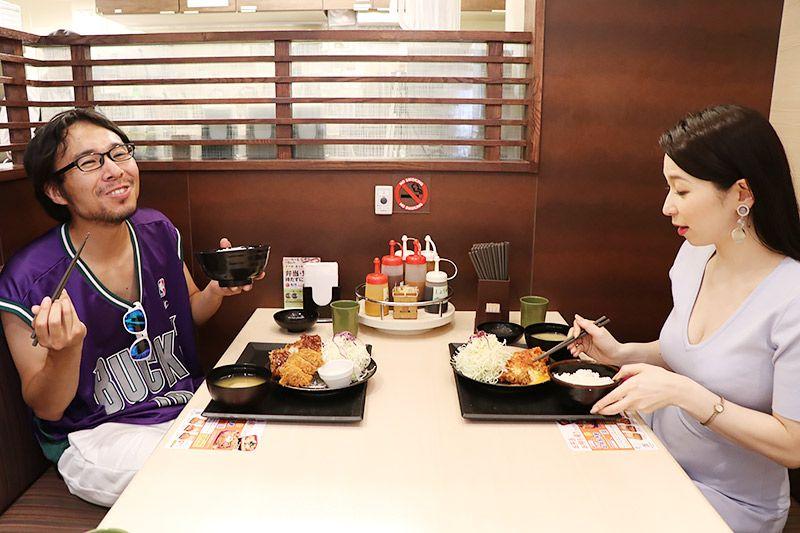 松乃家北小金店で食事をする鶴あいかと地主恵亮
