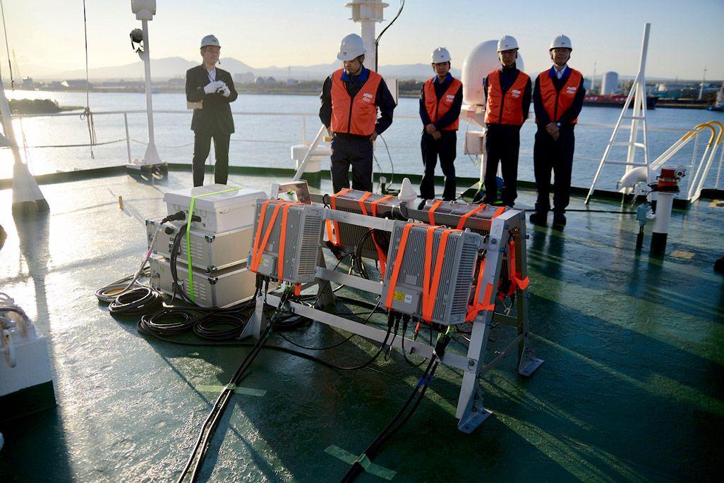 KDDIオーシャンリンク船上に設定された基地局の無線機