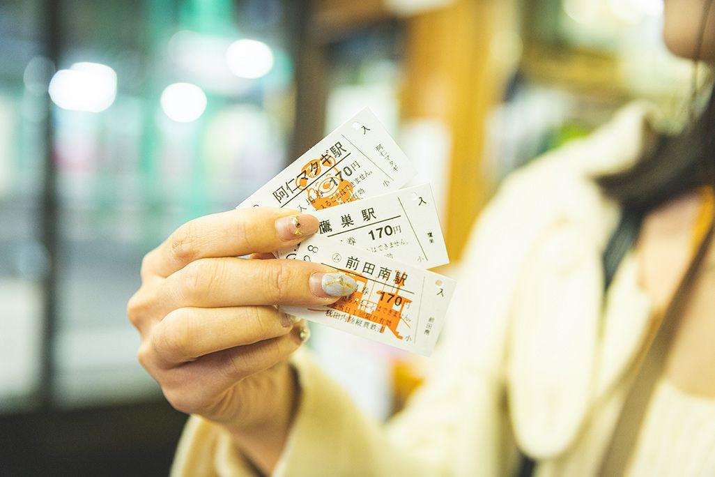 鷹巣駅で切符を持つ伊藤桃